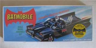 BATMAN BATMOBILE RETRO MODEL KIT 132 SCALE w/FIGURES